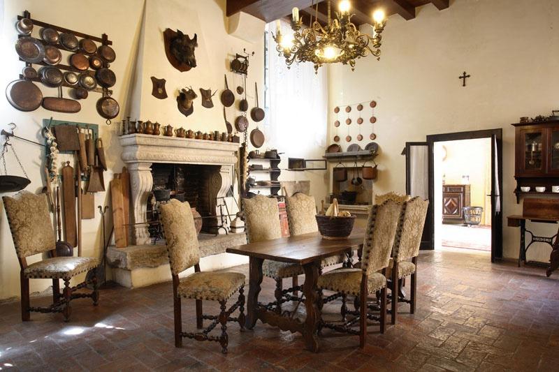 cucina antica: ampia, spaziosa, legno